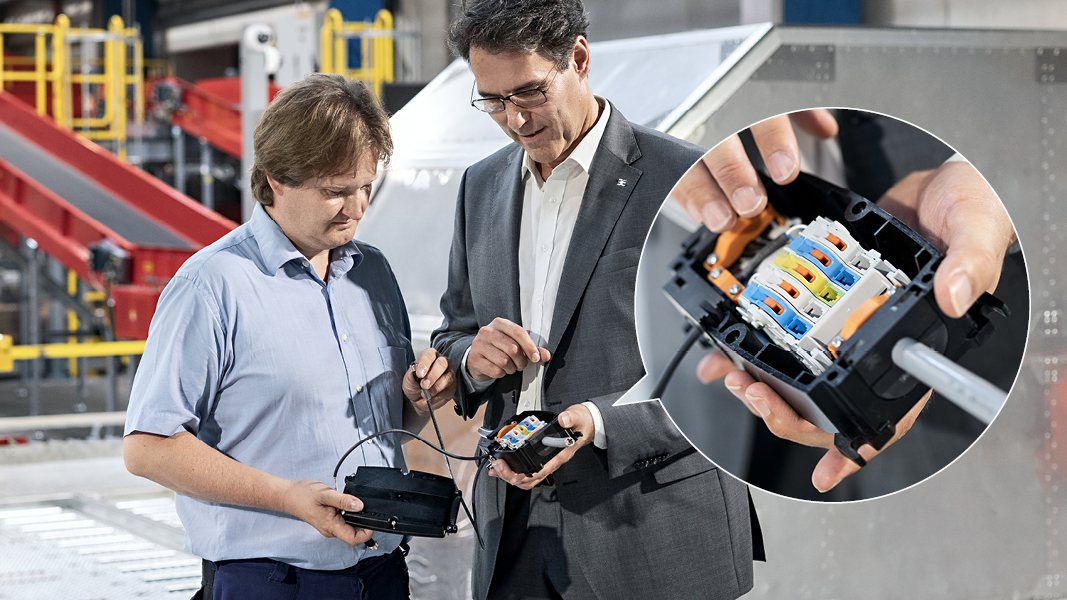 Arno Priller from Weidmüller (r.) explains to the responsible commissioning engineer (l.) how easy it is to arrange the decentralised functional units